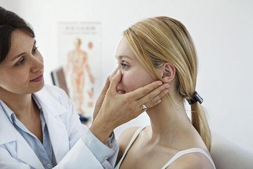 Triệu chứng quen thuộc: ngạt mũi, sổ mũi, đau đầu 1